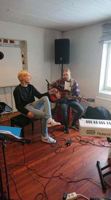 Mitja Midis Erjossaari (kajon), Viljami Viktors (kitara) 2020